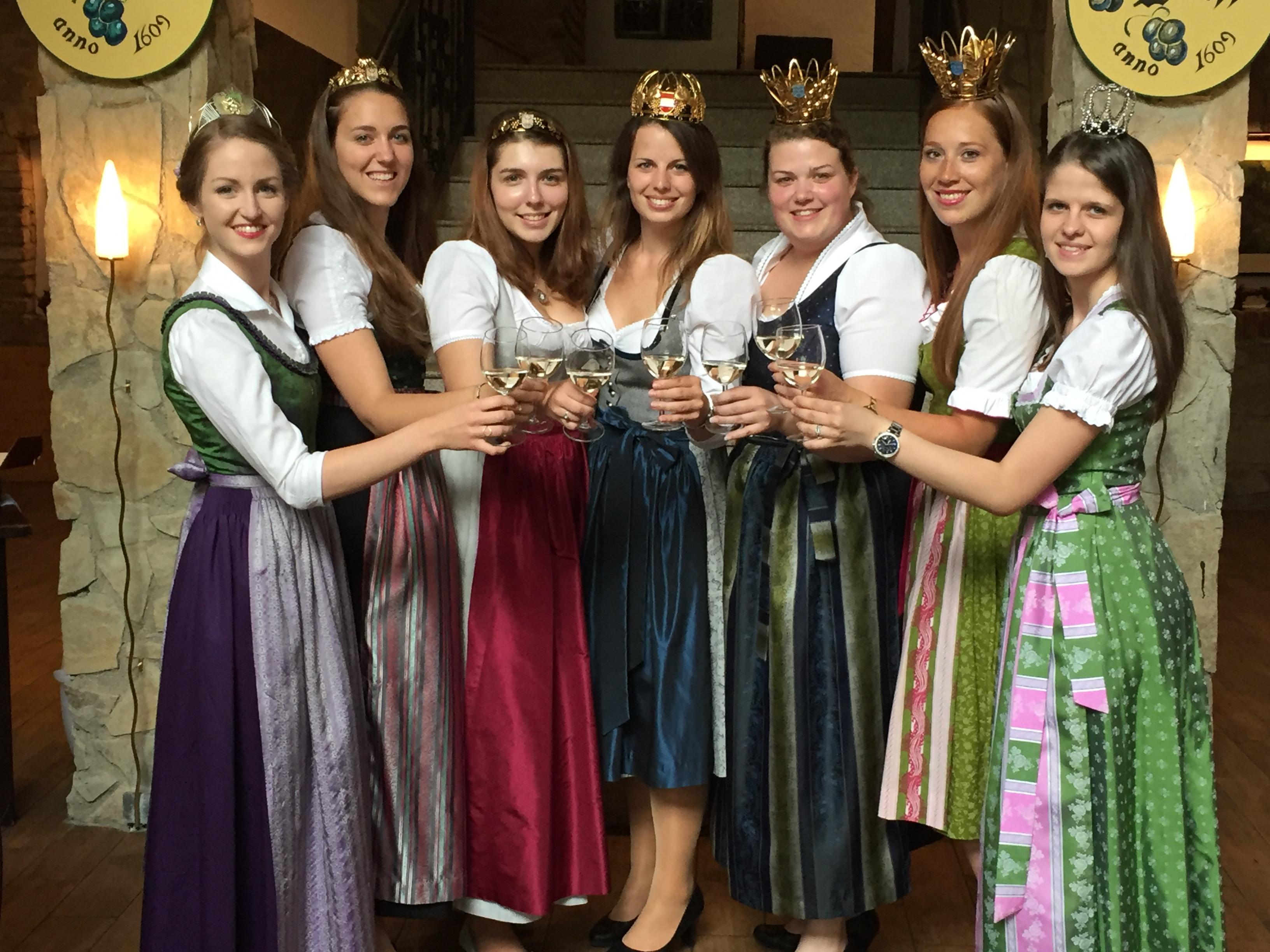v.l.n.r. Johanna Resch (Weinkönigin der Steiermark), Elisabeth Wolff (Wiens Weinkönigin), Iris-Maria Wolff (Wiens Weinprinzessin), Christina Hugl (Bundes-Weinkönigin aus NÖ), Dagmar Kohl (NÖ Vize-Weinkönigin), Victoria Gottschuly (NÖ Vize-Weinkönigin) und Melanie Moser (NÖ Weinprinzessin)